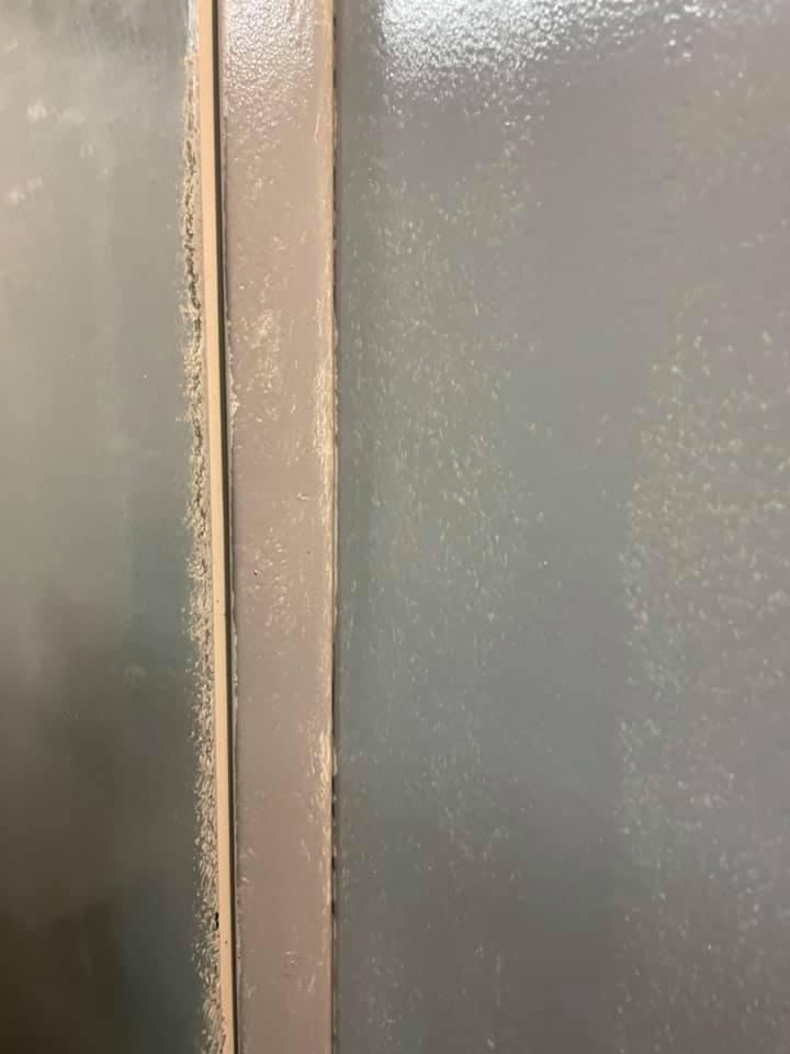 Жители района жалуются на ужасную покраску лифтов