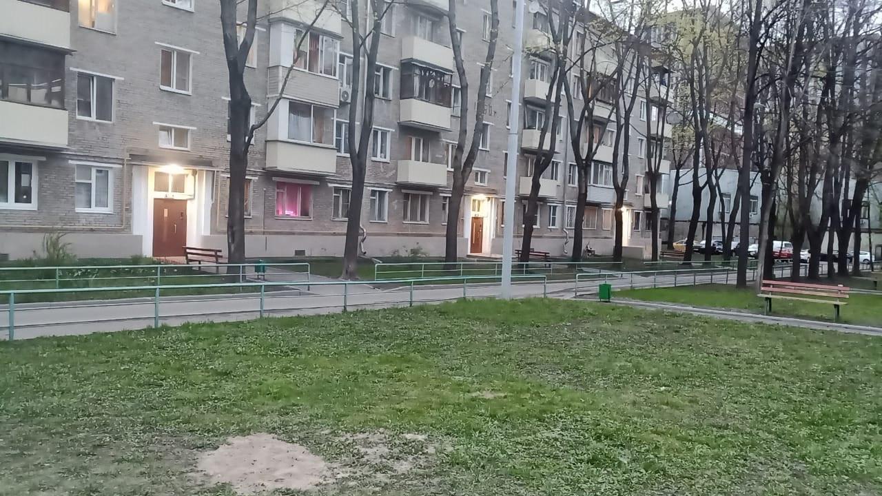 """Установка """"лежачих полицейских"""" на 1-м Рижском переулке, около детской площадки."""