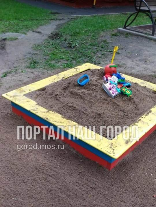 Коммунальщики заполнили песочницу песком на детской площадке в 1-ом Рижском переулке