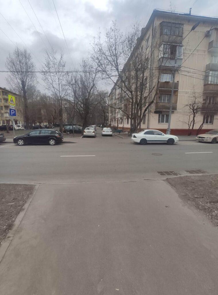 Наземный переход (зебра) при переходе дороги между домом № 10 и № 12 на Ракетном бульваре
