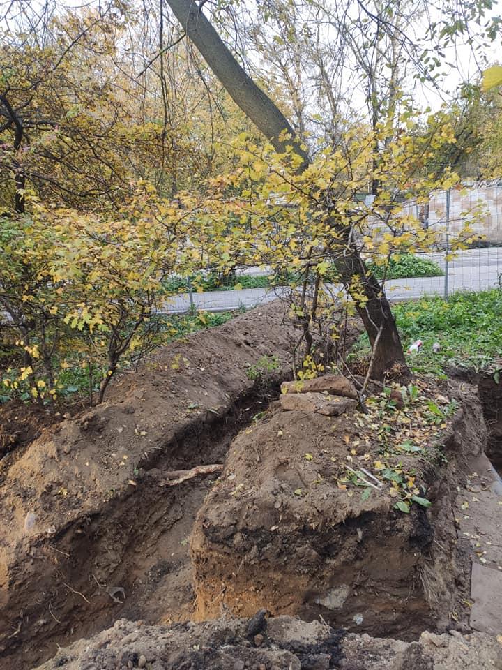 При проведении работ по прокладке инженерных сетей по адресу ул. Павла Корчагина, д. 2А подрядчик завалил тротуар землей